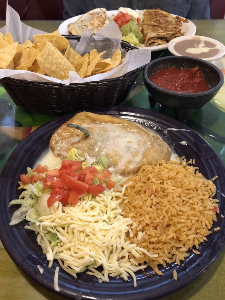 Los Bravos Mexica Restaurant: 504 W Broadway St, Loogootee, IN