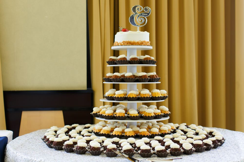 204 bundtinis on their rented cake tower. 10 in cake to cut from ...