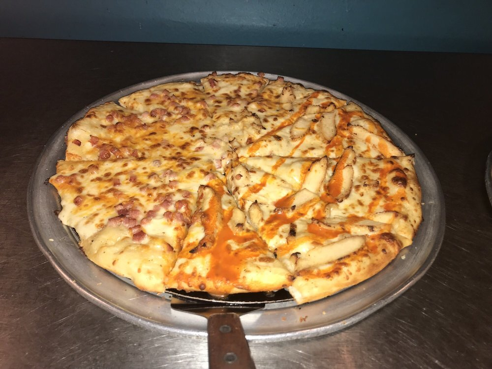 Mozza Pizza & Sports Bar: 202 S Jefferson St, Athens, AL