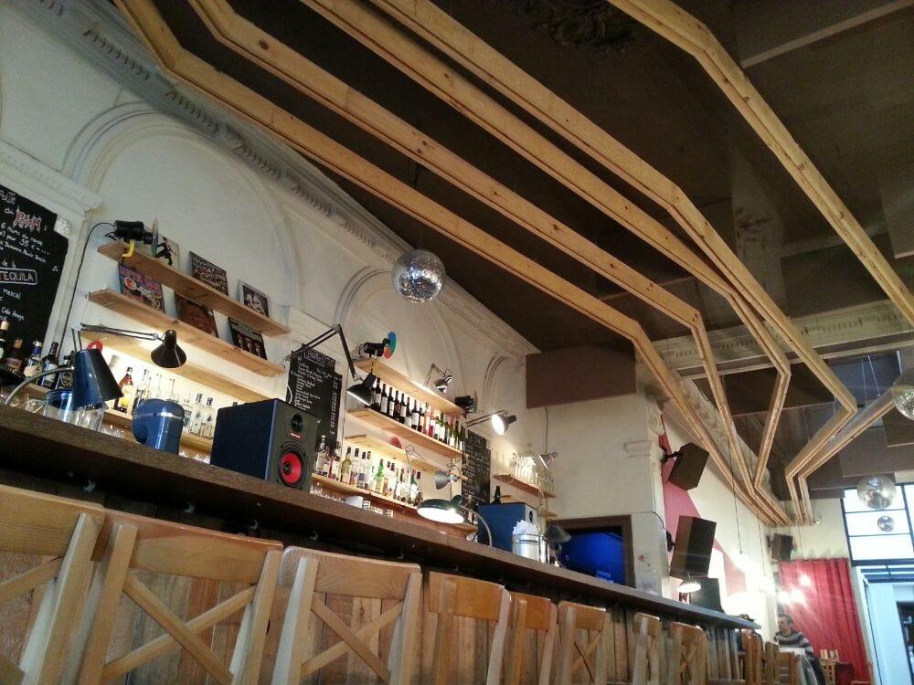 Le bar et la deco du plafond yelp for Les fou plafond