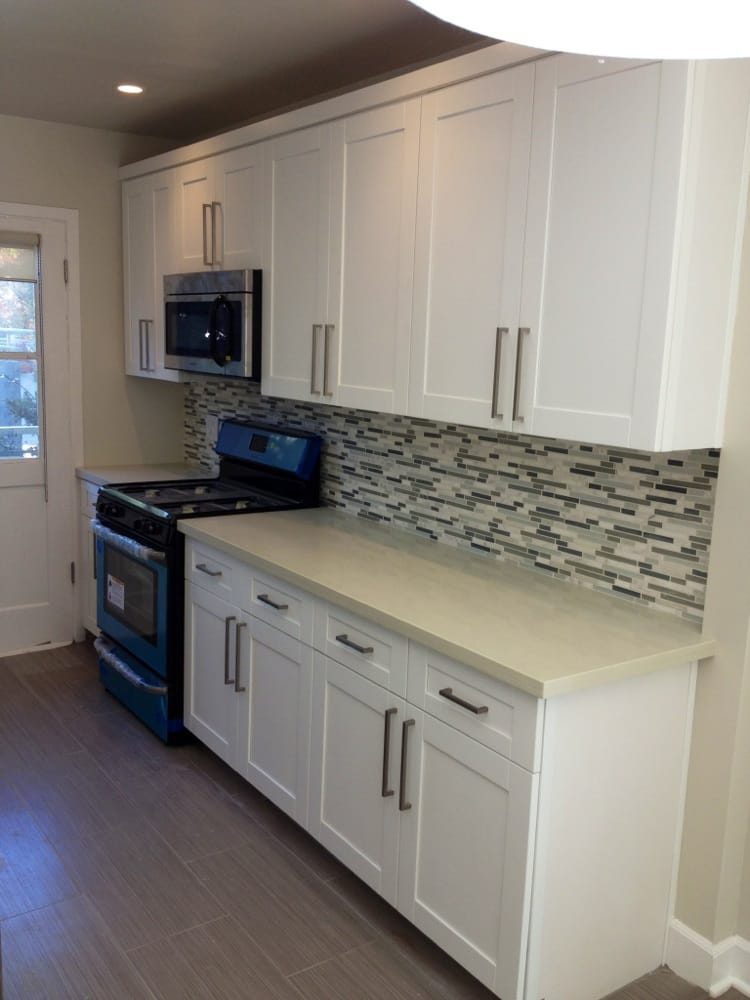 White shaker maple cabinets with quartz countertop and ... on Backsplash Maple Cabinets With Black Countertops  id=93514
