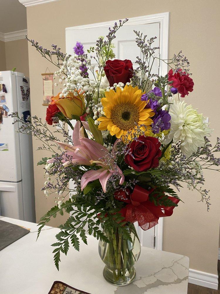 Zue's Bridal Floral & Gifts: 1830 N Hwy 37 Acc, George West, TX