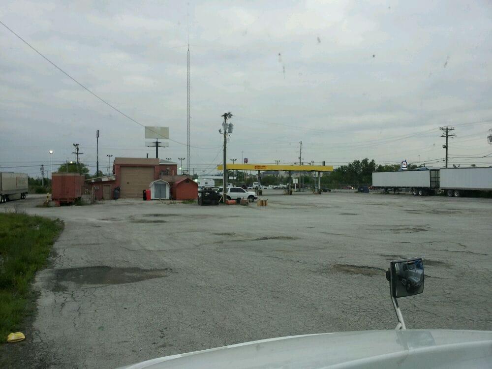 76 Fuel Center & Truckers Diner: 104 N Dogwood Dr, Berea, KY
