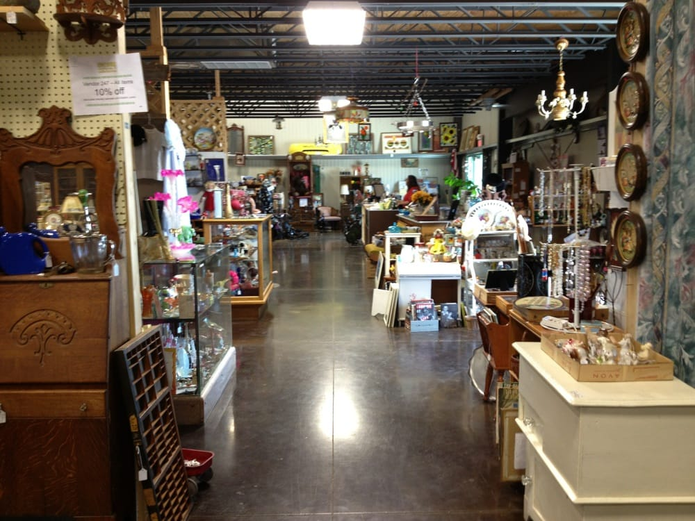 Encore Antiques and Collectibles: 590 S Fossil St, Russell, KS