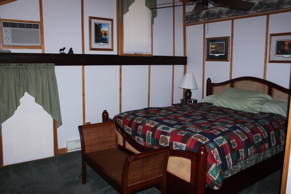 Canoe Place Guest House: 81 S Main St, Cherry Tree, PA