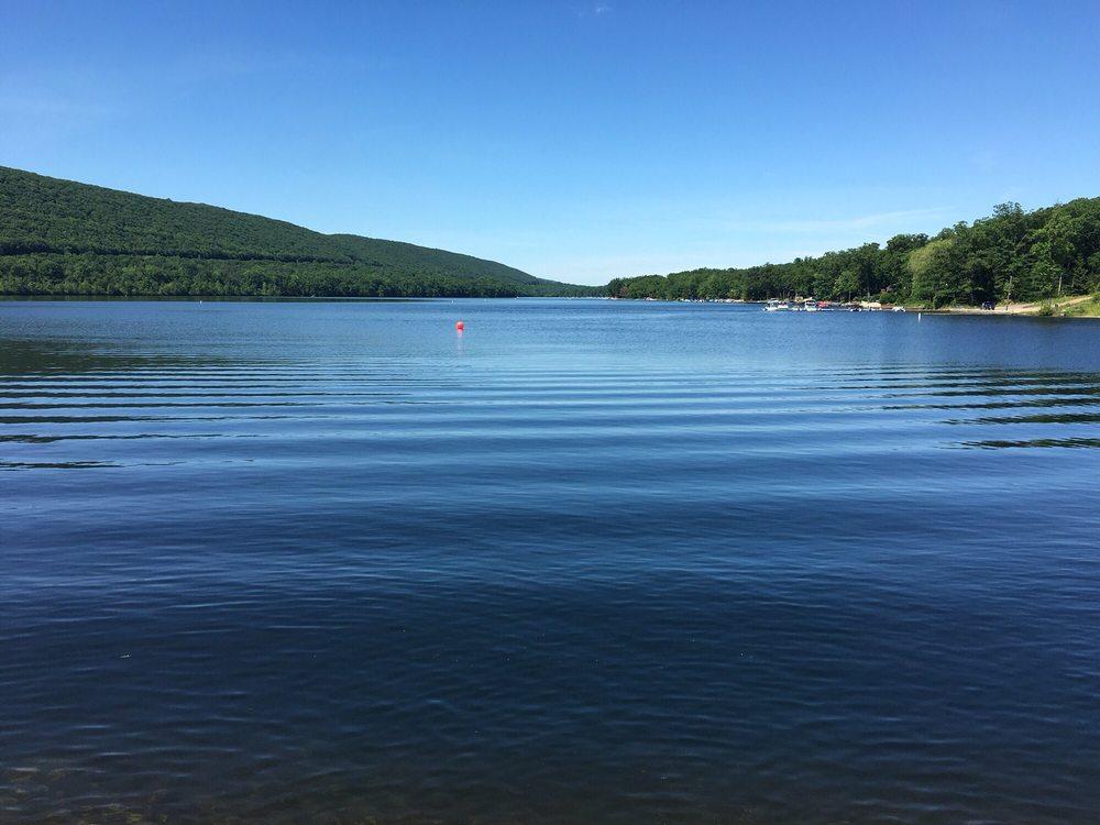Lake Hauto Club: 140 Maple Ter, Nesquehoning, PA