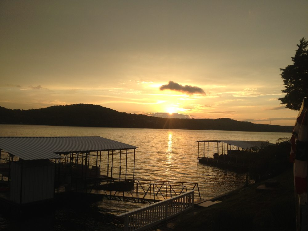 Sunset Inn Resort: 598 Zack Wheat Dr, Sunrise Beach, MO