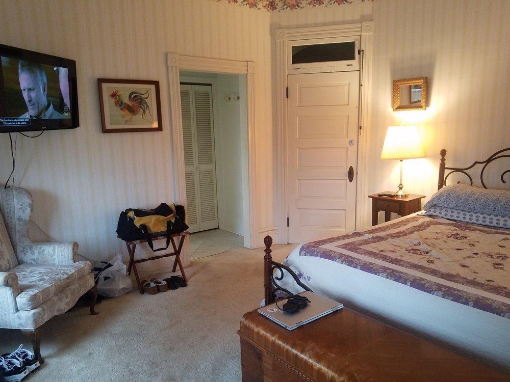 Bella Vista Bed & Breakfast: 1216 Main St, Akron, PA