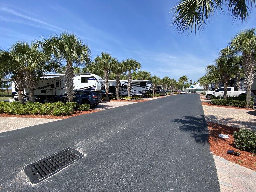 Water's Edge RV Resort: 12766 US Hwy 441 SE, Okeechobee, FL
