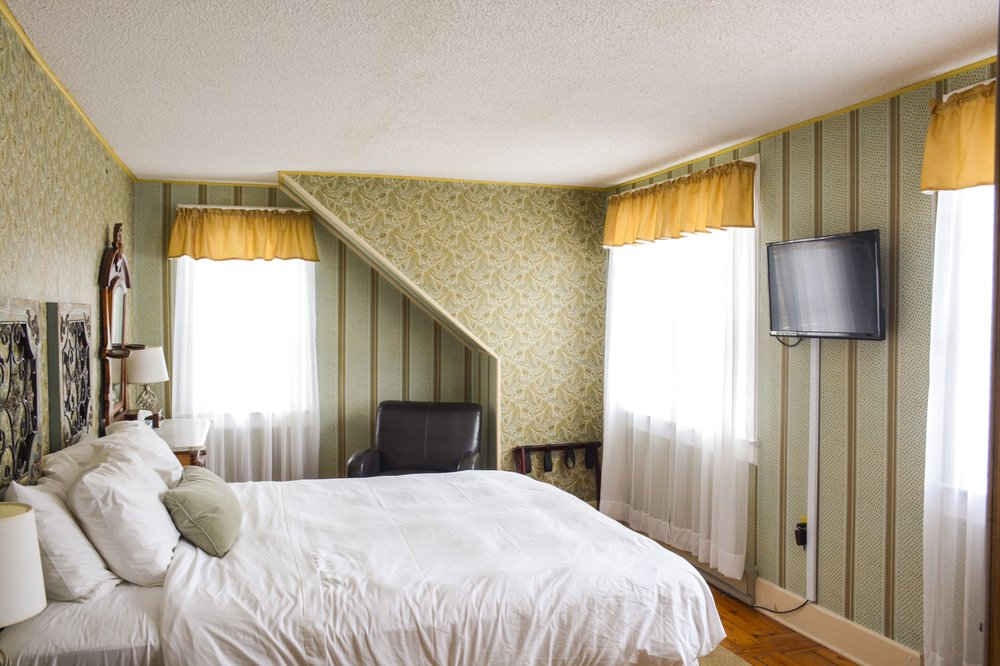 The Frogtown Inn Bed & Breakfast: 2468 Route 390, Canadensis, PA