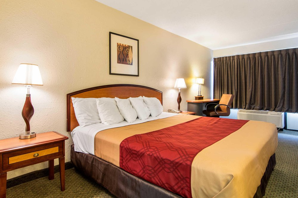 Econo Lodge Inn & Suites Conference Center: 2121 US Hwy 441 South, Dublin, GA