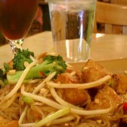 Green Papaya Thai Vegetarian Cuisine - Berkeley, CA, USA. Pad Thai.