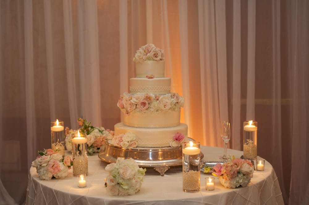 Wedding Cake Table.Flowers For Wedding Cake Flowers And Candles For Cake Table