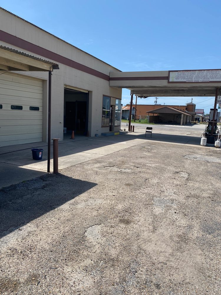 4J Fuel and Service: 305 Nueces St, George West, TX