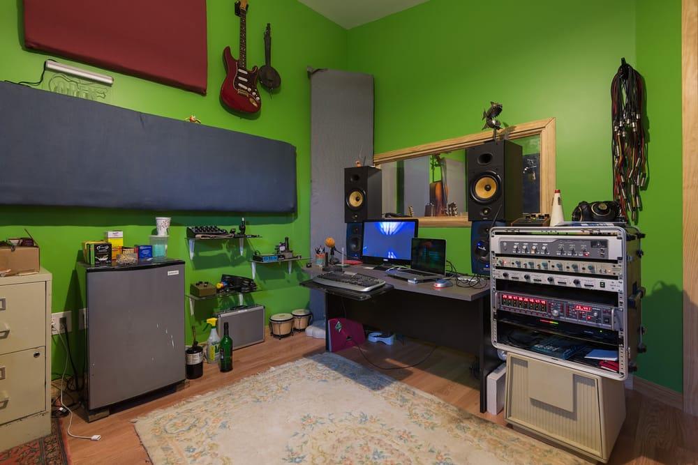 Giraffe Studio: 204 Fairfield Dr, Hendersonville, NC