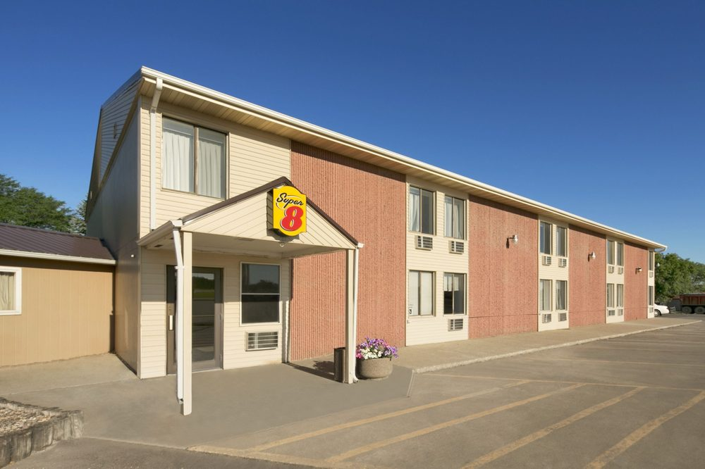 Super 8 by Wyndham Redfield: 826 W 4th St, Redfield, SD