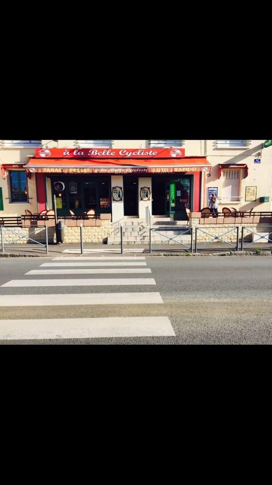 Photo de La Belle Cycliste - Fleury-les-Aubrais, Loiret, France. La belle cycliste