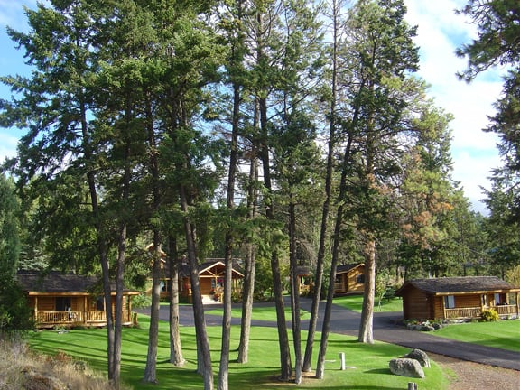 Somers Bay Log Cabin Lodging: 5496 US Highway 93 S, Somers, MT
