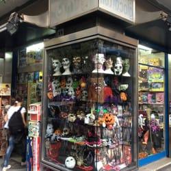 Foto di Junior , Napoli, Italia. La vetrina di Junior allestita per  Halloween.