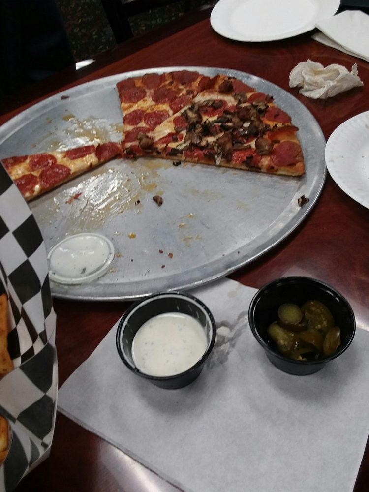 Tony's Pizza: 502 County Line Rd, Delano, CA