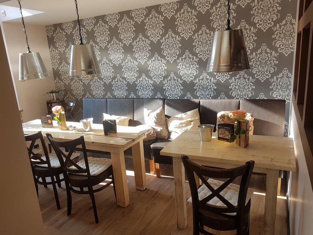 Schones Cafe Dekoriert Mit Antiken Mobeln Und Accessoires Yelp