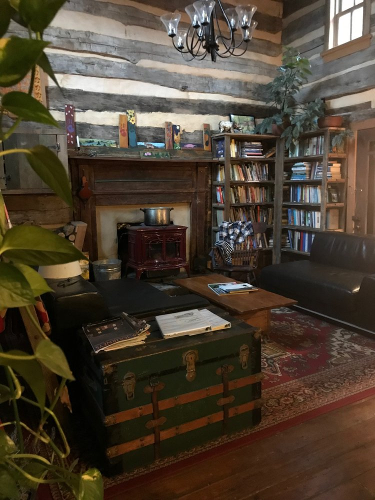 Woods Hole Hostel & Mountain B&B: 3696 Sugar Run Rd, Pearisburg, VA