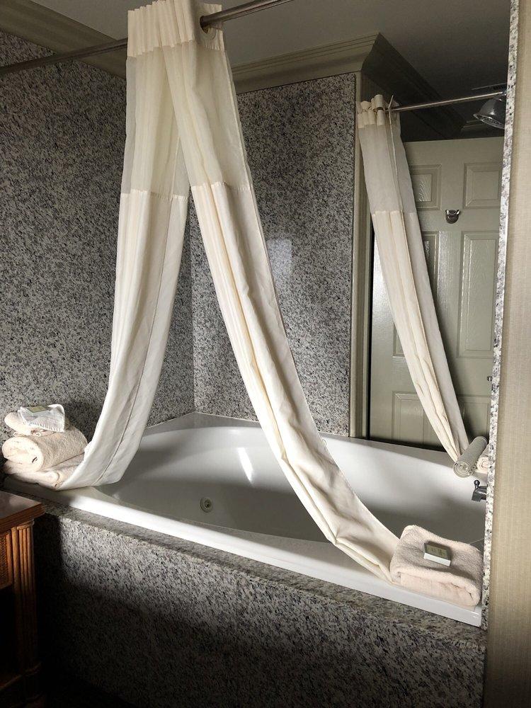 Biggest Bathtub I Ve Ever Been In Very Nice Room 405 Yelp