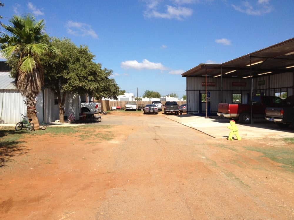 Hilltop Automotive: 128 County Rd 4602, Dilley, TX