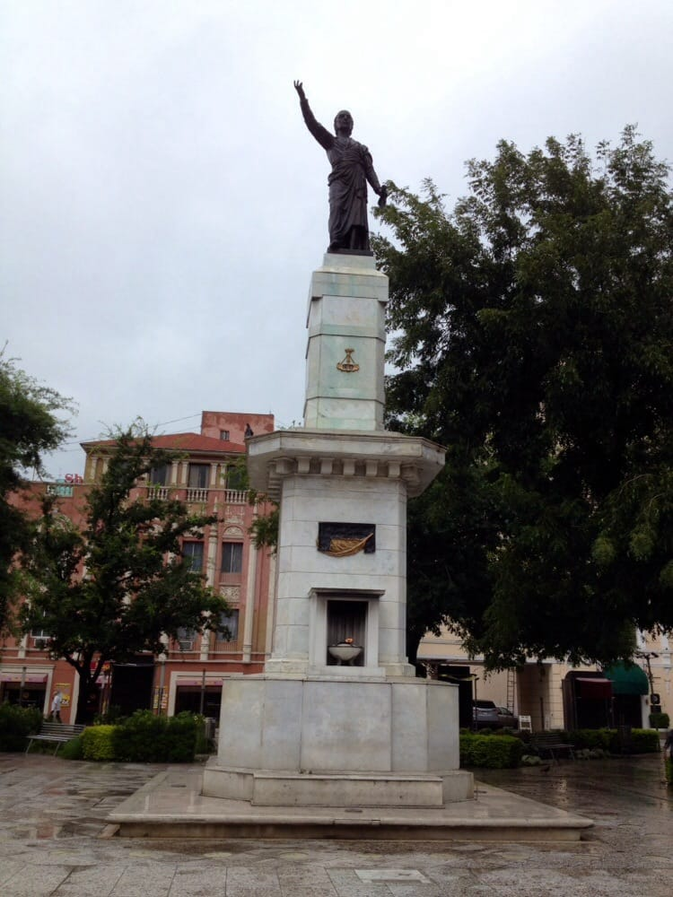 Estatua De Don Miguel Hidalgo Y Costilla Y Monumento A La Libertad