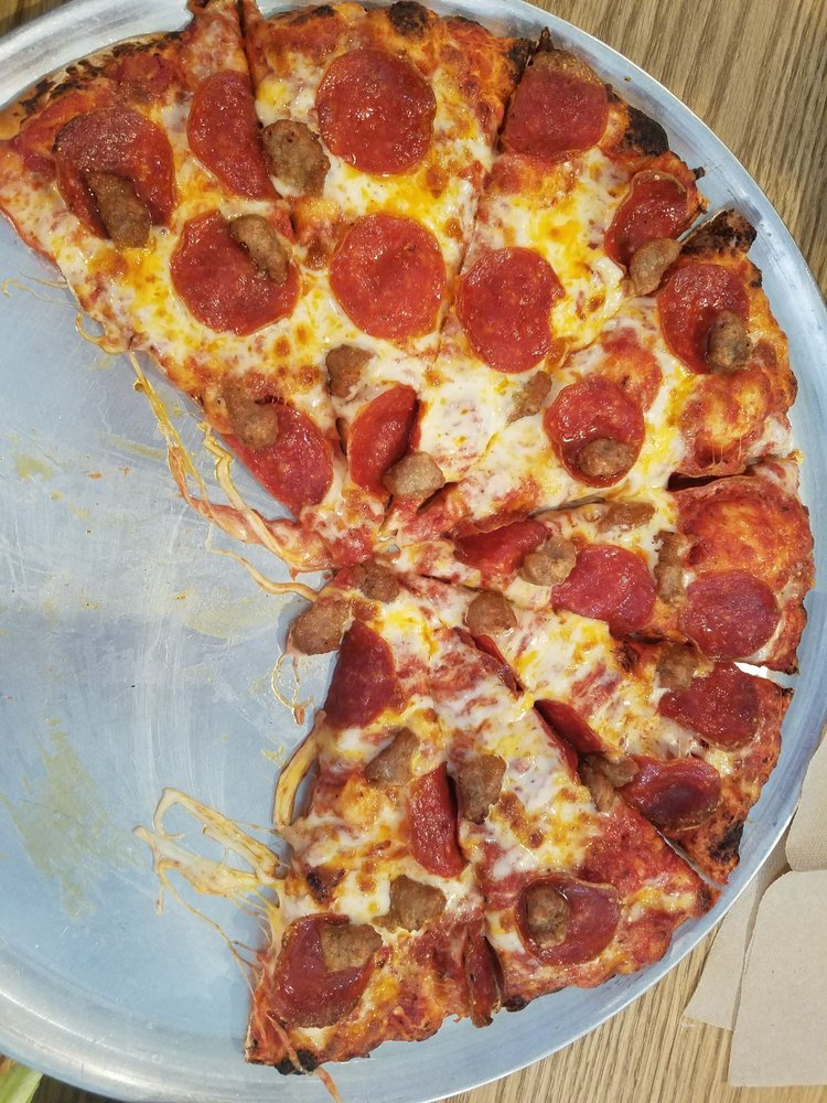 RoadHouse Pizza: 565 Forest Shade Rd, Crestline, CA