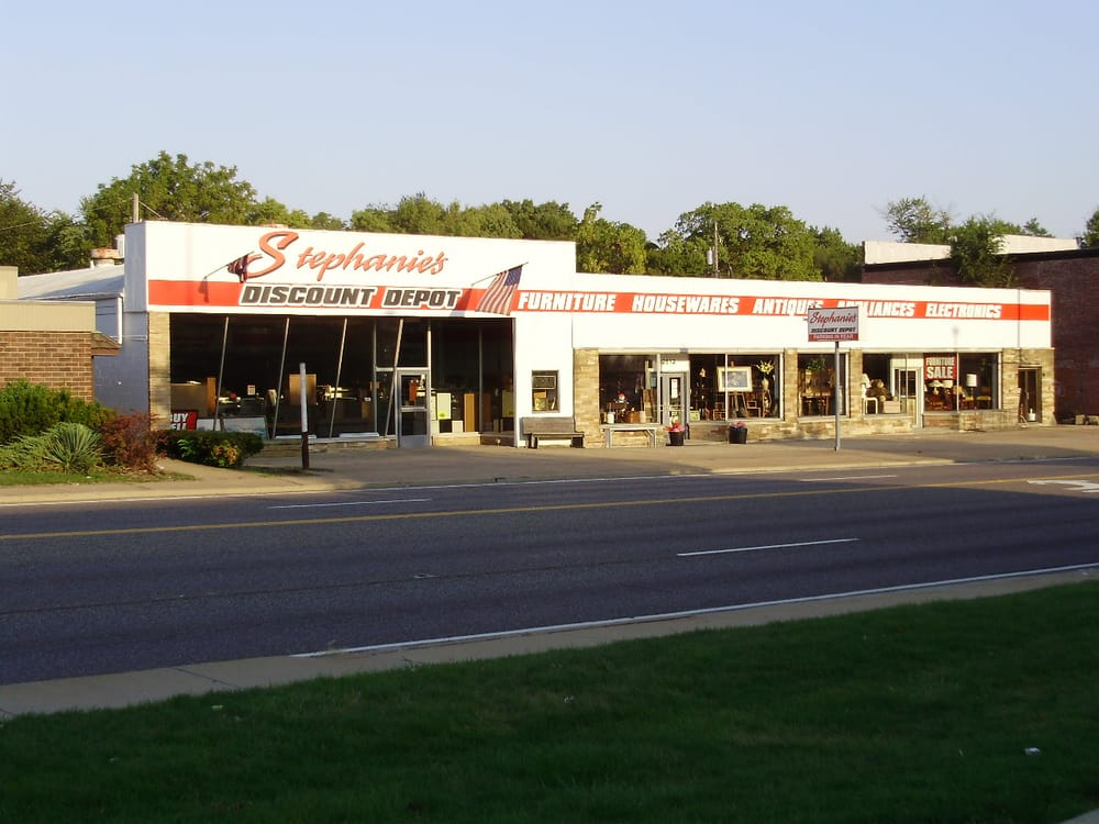 Stephanie's Discount Depot & Merchant Mall: 2512 N Knoxville Ave, Peoria, IL
