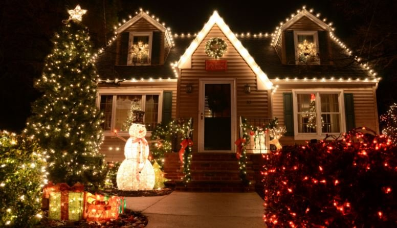 South Bend Christmas Lights: 1241 Dennis Dr, South Bend, IN