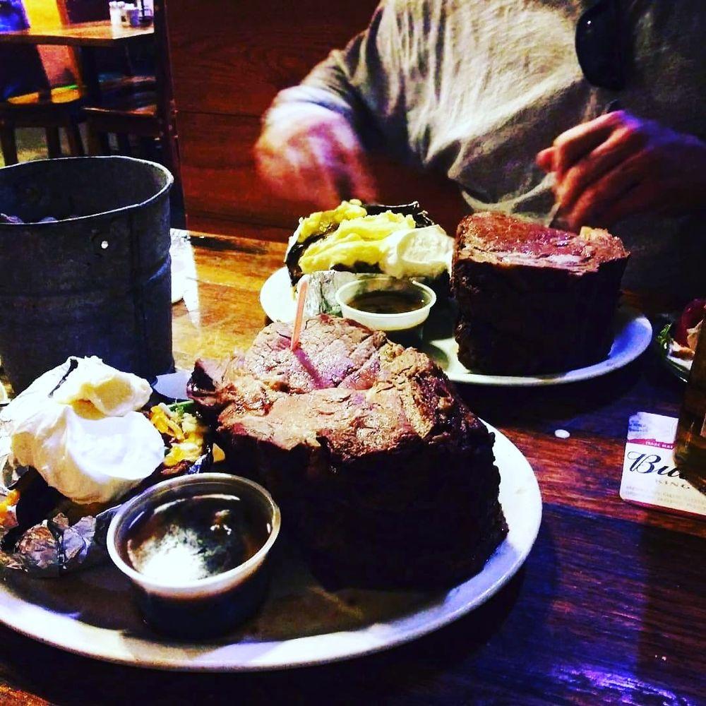 T's Redneck Steakhouse: 221 Evergreen Pkwy, Lebanon, MO
