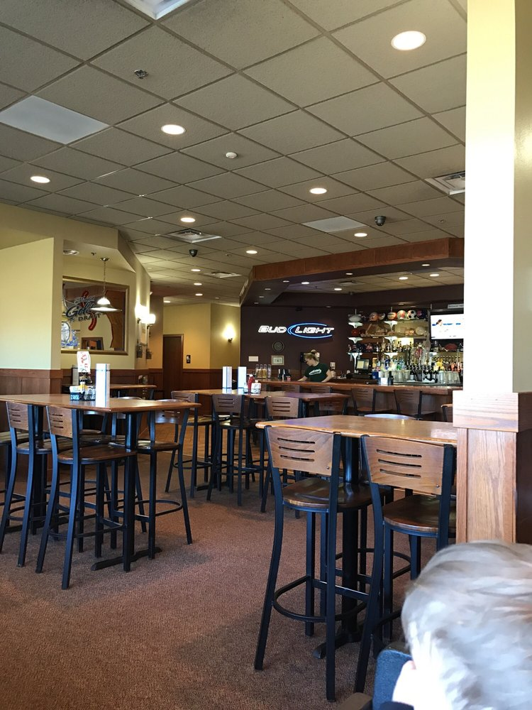 Squeaky's Grill & Bar: 1150 Highway 7 W, Hutchinson, MN