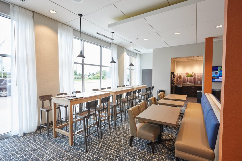 Gundersen Hotel and Suites: 1520 Clinic Ct, La Crosse, WI