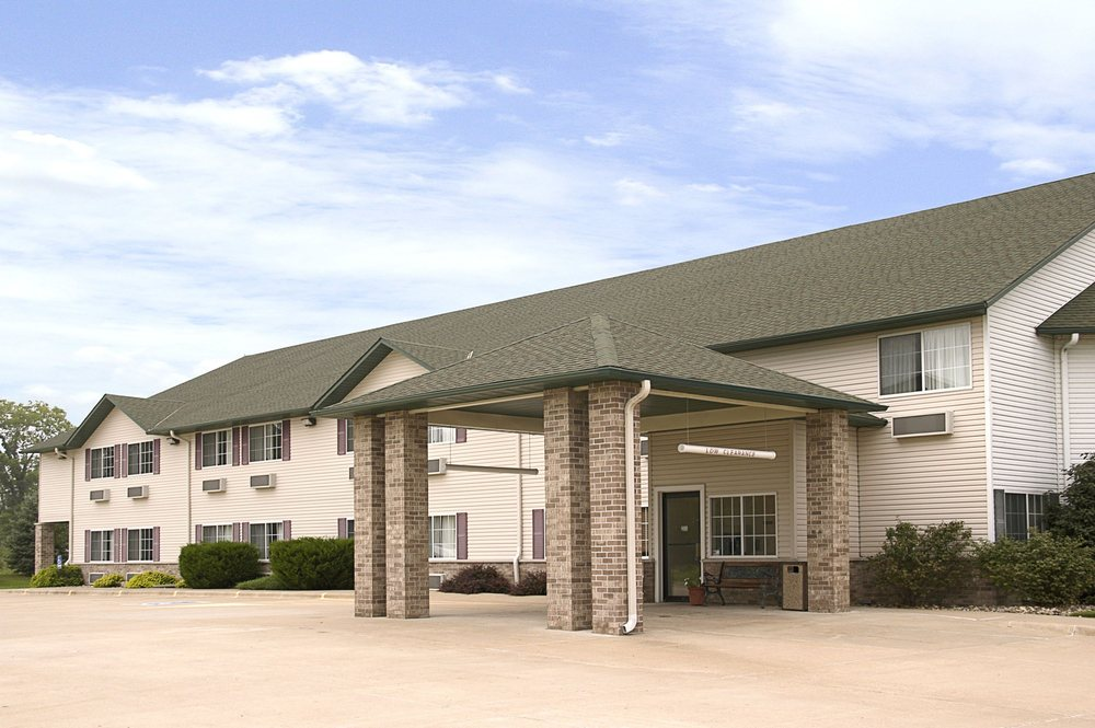 Super 8 by Wyndham Le Claire/Quad Cities: 1552 Welcome Center Drive, Le Claire, IA
