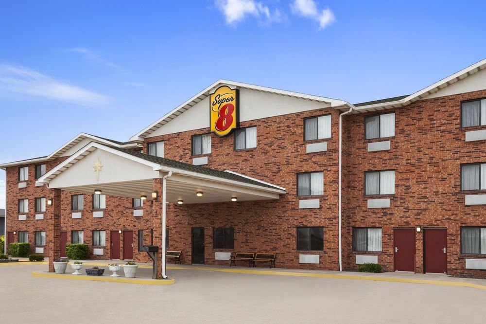 Super 8 by Wyndham Bowling Green: 1216 East Champ Clark Drive, Bowling Green, MO