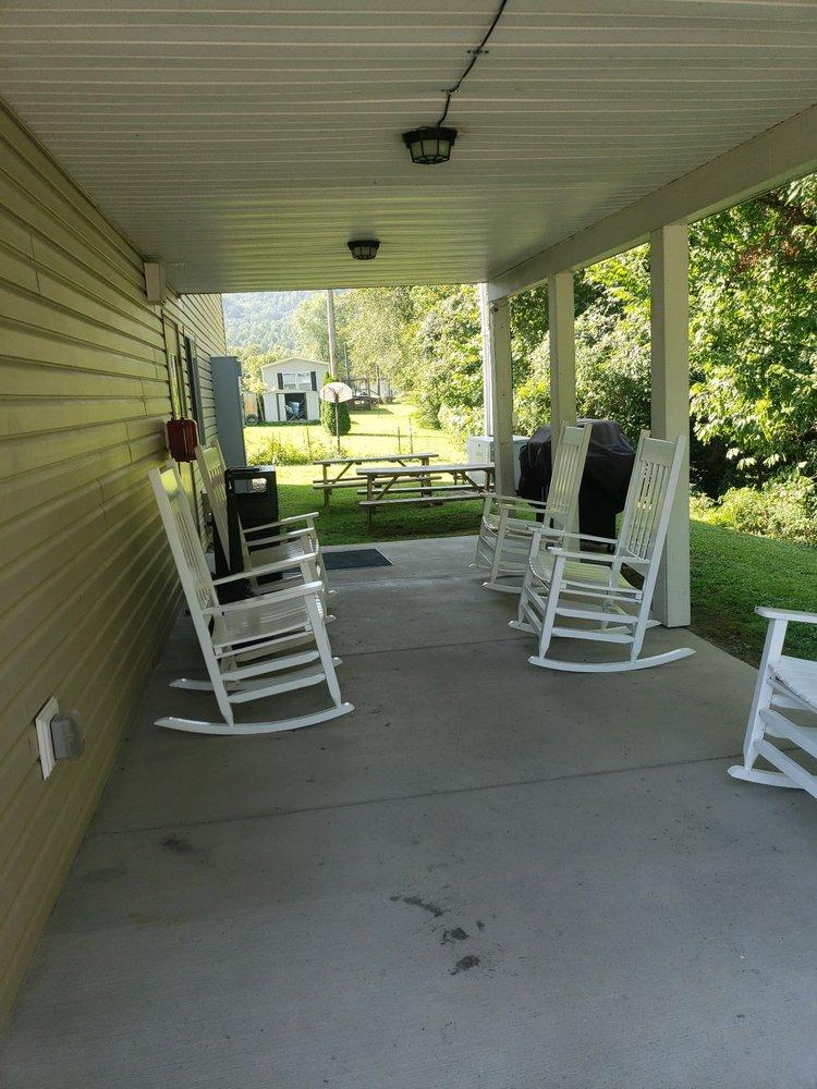 Comfort Motel: 129 Deanna Ave, Comfort, WV