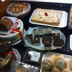 Photo de Ellas Deli , Montréal, QC, Canada. Fresh cakes with delightfully different