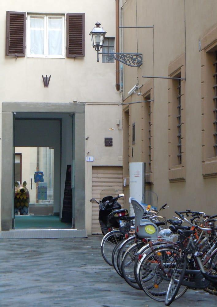 Casa della creativit social clubs vicolo santa maria for Casa della piastrella firenze
