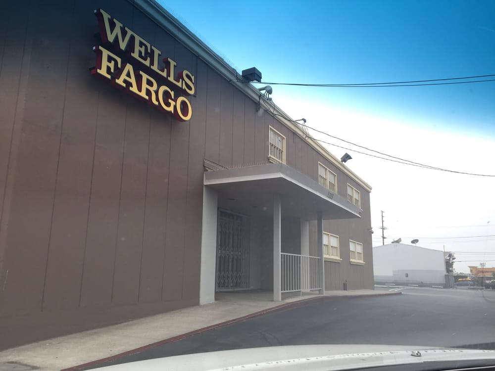 The back side entrance for wells fargo where you access for Inglewood jewelry and loan inglewood ca