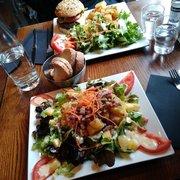 Le Broc' - Lille, France. Salade paysanne et le burger alpin