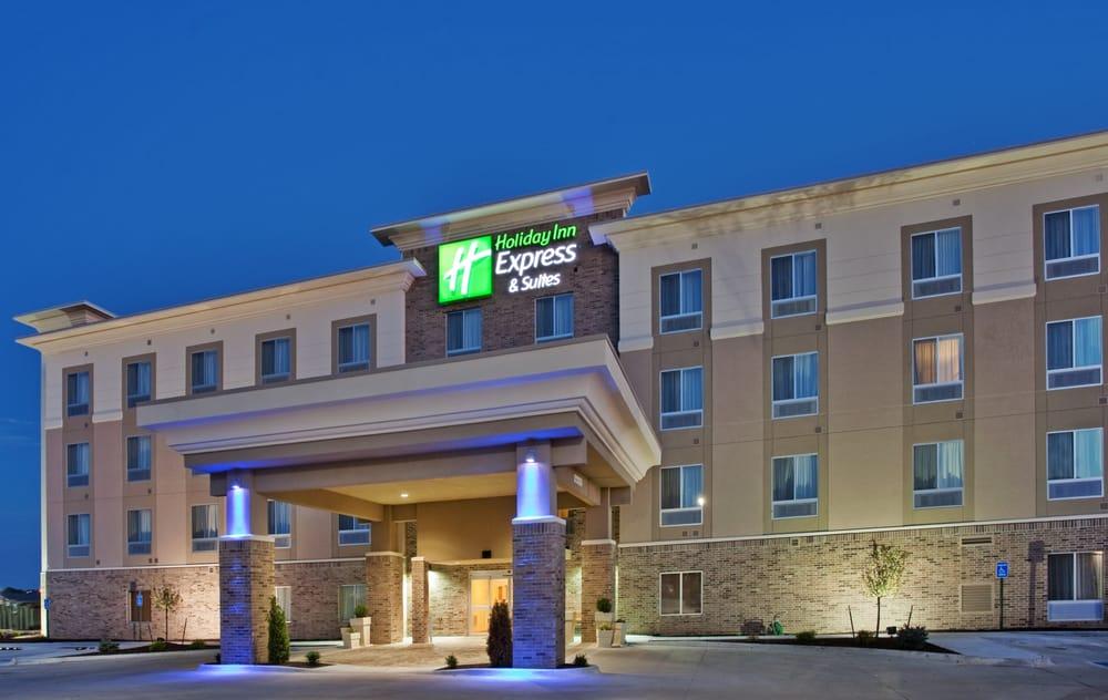 Holiday Inn Express & Suites Topeka North: 601 NW US Hwy 24, Topeka, KS