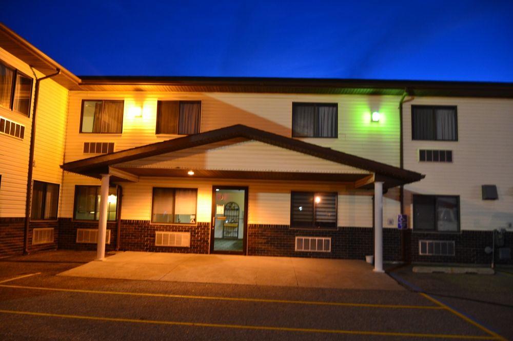 Carrington Inn And Suites: 101 4th Ave S Hwy 281, Carrington, ND