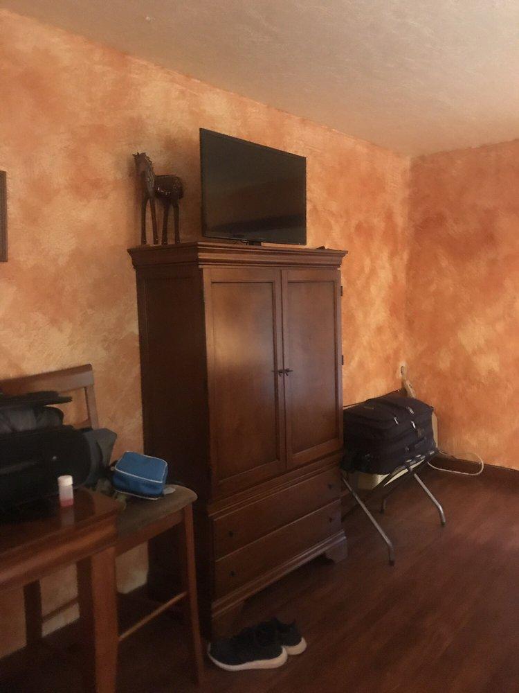 El Oso Flojo Lodge: 208 N San Angelo St, Balmorhea, TX