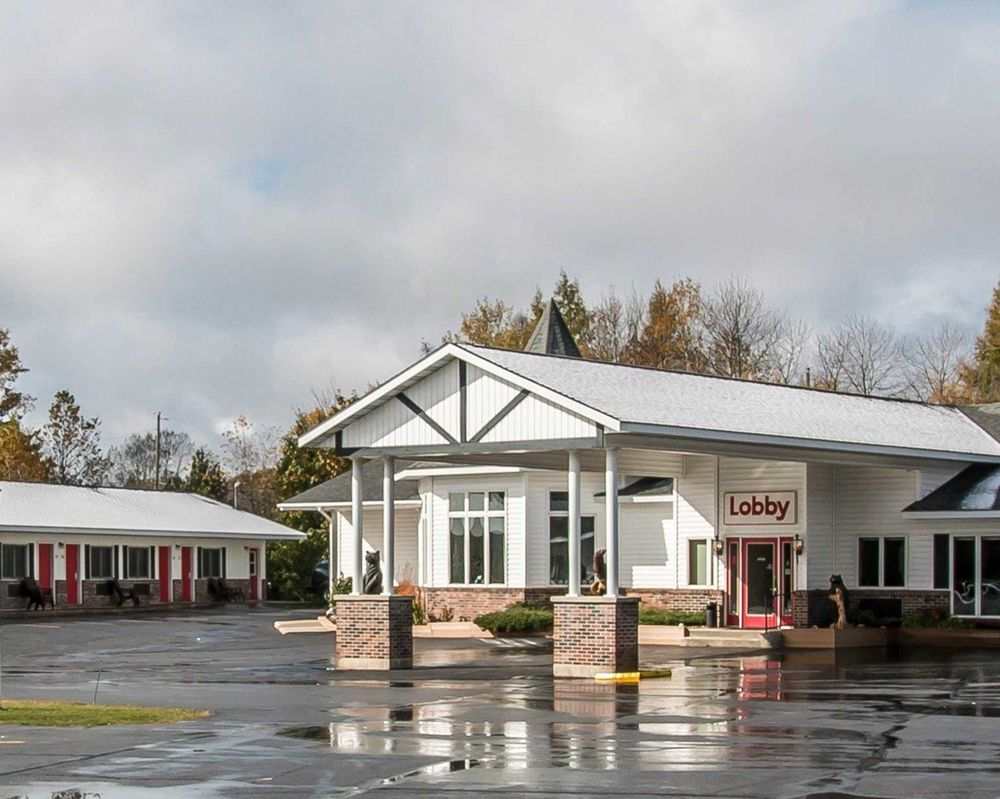 Econo Lodge Lakeshore: 1101 East Lakeshore Drive, Manistique, MI